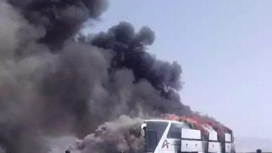 """صورة شبوة.. حريق هائل يلتهم حافلة نقل جماعي تقل عشرات المسافرين في بئرعلي """"صور"""""""