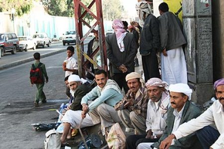 صورة اليمن.. موظفون عالقون بالالتزامات أمام مرتبات ضئيلة ومنقطعة