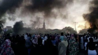 صورة ماذا يحدث في السودان؟ تطورات خطيرة واعتقال رئيس الحكومة ووزرائه وحل مجلسي الوزراء والسيادة وفرض الطوارئ في كل البلاد وارتفاع الضحايا إلى أكثر من ١٠٠ حتى الان