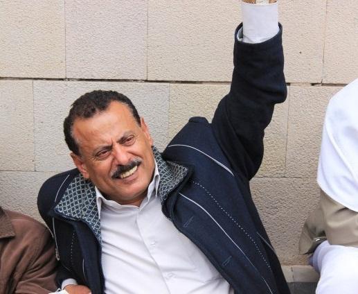 صورة شاهد كيف تعامل الحوثيون مع النائب حاشد في صنعاء بعد يوم من دعوة رئيس المجلس الانتقالي الجنوبي له بالقدوم إلى عدن؟