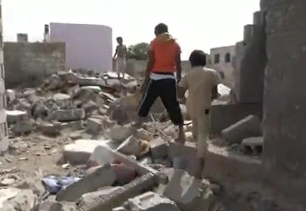 الإرهابي الحوثي يحول منازل المدنيين في حي منظر إلى أكوام من الدمار