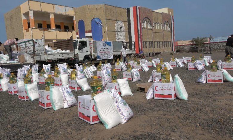 صورة الخلية الإنسانية للمقاومة الوطنية توزع 400 سلة غذائية لمعلمي المخا