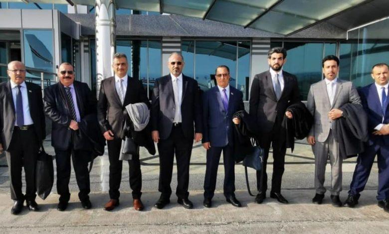 الزبيدي يتوسط وفد المجلس الانتقالي الجنوبي