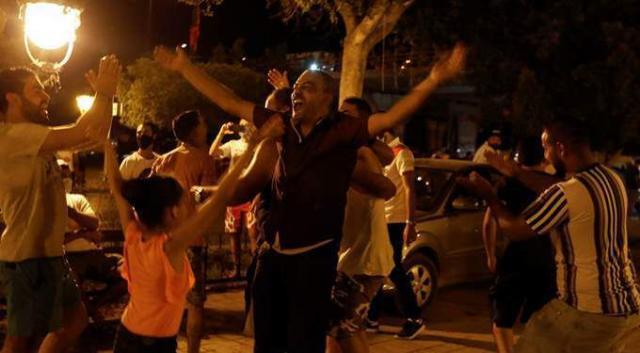 صورة شاهد بالفيديو.. احتفالات عارمة في تونس بقرارات الرئيس والجيش ينتشر في الشوارع ويطوق البرلمان والمقرات الحيوية