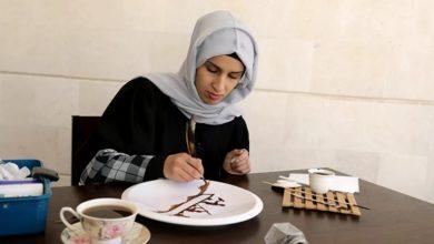 """صورة بالبن اليمني العريق.. فنانة شابة تقاوم أهوال الحرب """"صور"""""""