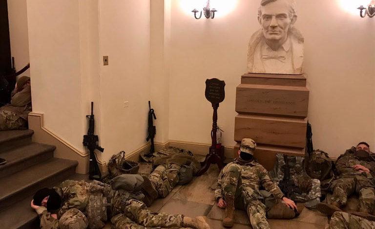 بالصور.. الحرس الأمريكي يفترش أرضية الكابيتول3