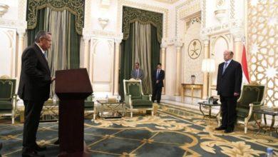 صورة بن دغر ونائباه يؤديان اليمين الدستورية أمام الرئيس