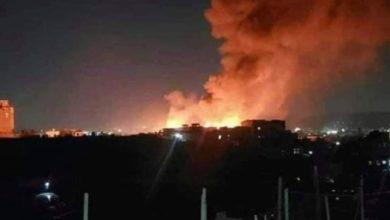 صورة حريق هائل يلتهم أحد الأسواق السوداء التابعة للحوثيين