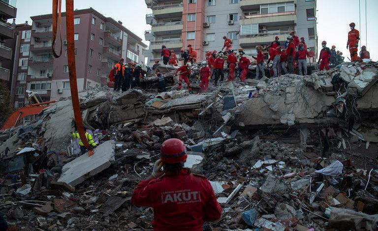 """صورة ارتفاع حصيلة ضحايا زلزال تركيا إلى المئات وانتشال العشرات من تحت الأنقاض """"صور"""""""