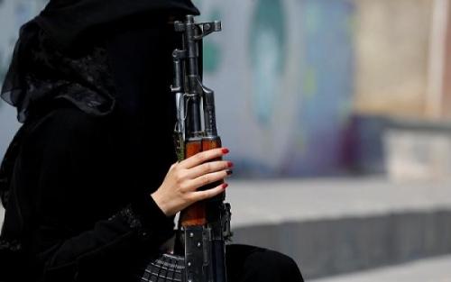 """صورة في ظروف غامضة.. فتاة يمنية تقتل والدها وتصيب أمها وشقيقها بالرصاص """"تفاصيل صادمة"""""""