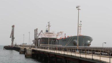 صورة عاجل.. سفينة سعودية تبدأ تفريغ الوقود المخصص لكهرباء عدن