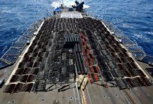 """صورة الأسطول الخامس الأمريكي يعلن ضبط ومصادرة شحنة أسلحة ضخمة في بحر العرب كانت في طريقها إلى اليمن """"فيديو"""""""