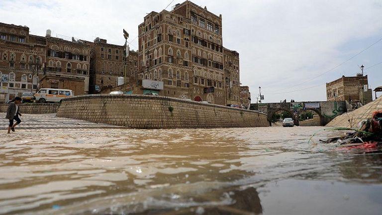 شاهد كيف عرّت سيول الأمطار الحوثيين.. مشاريع وهمية ودمار واسع في البنية التحتية