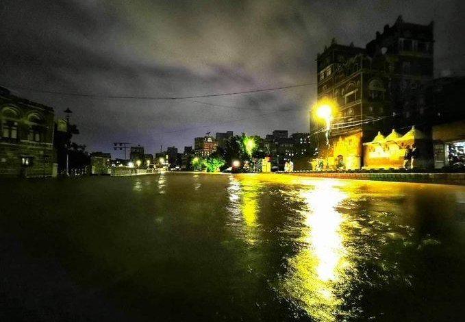 صورة شاهد بالصور.. السيول تغمر وتقطع شوارع صنعاء ومخاوف من ارتفاع منسوب مياه الأمطار وانسداد قنوات تصريفها