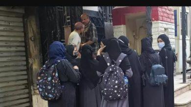 صورة طالبات يمنيات مبتعثات ينفجرن بالبكاء أمام السفارة في القاهرة