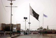 صورة أمريكا تسلم افغانستان لطالبان والحركة ترفع علمها على الحدود مع باكستان