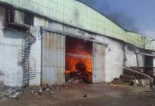 صورة إصابة شخص إثر حريق مستودعاً تجارياً بعدن