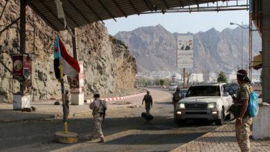 صورة انفجار قنبلة أمام بوابة معسكر شرق عدن والحزام يطوق المنطقة