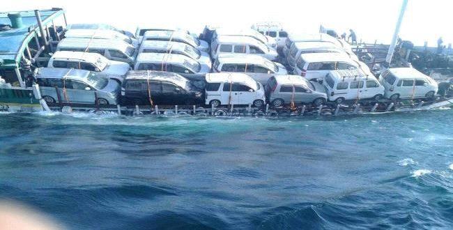 صورة غرق سفينة وعلى متنها عشرات السيارات كانت في طريقها إلى اليمن لهذا السبب