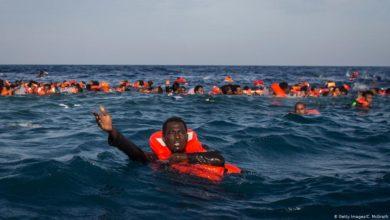 صورة كانوا في طريقهم إلى اليمن.. مهربو البشر يلقون عشرات المهاجرين إلى البحرً ووفاة عدد كبير منهم