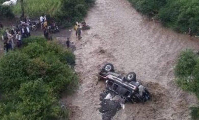 """صورة بالفيديو.. سيول الامطار تجرف سيارة بما فيها من نساء وأطفال """"مشهد مأساوي في اليمن"""""""