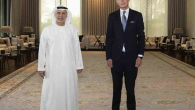 صورة مبعوث الأمم المتحدة إلى اليمن يناقش مع مستشار رئيس الإمارات أهمية دعمها لحل سياسي شامل