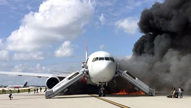 قصف صاروخ حوثي يستهدف مطار #أبها في المللكة العربية السعودية يتسبب في اشتعال النار في طائرة مدنية أثناء توقفها بالمطار