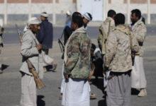 صورة شاهد فيديو.. قيادي حوثي يعتدي ومسلحيه بأعقاب البنادق بوحشية على مواطن وسط صنعاء وابنته تصور وتصرخ