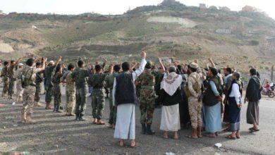 صورة لقاء لضباط ومشايخ يتقدمهم زجل والجندي.. متحوثو ماوية غاضبون من مكافأة الحوثي لهم على طريقة داعش