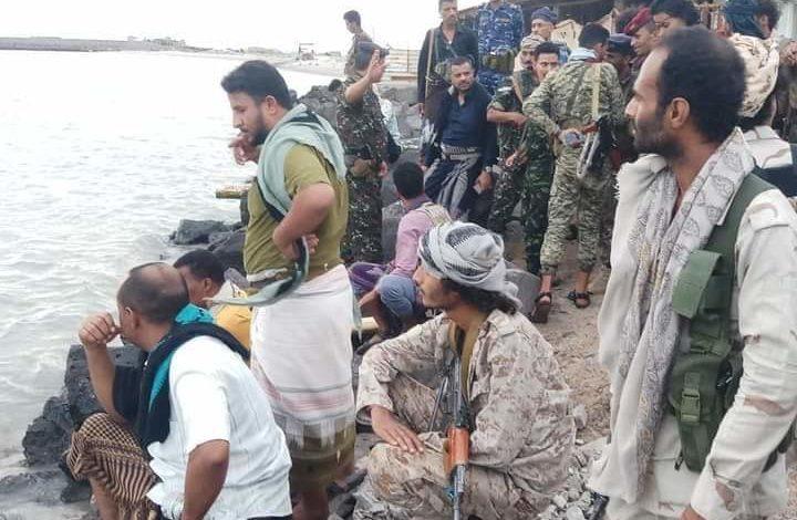 صورة محافظ تعز يصل مدينة المخا لأول مرة برفقة مسؤولين وقادة عسكريين