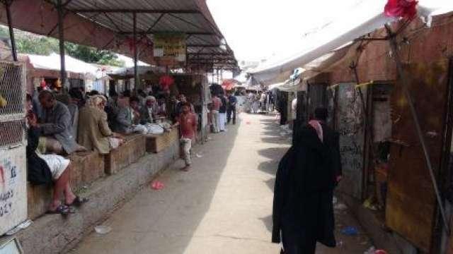 صورة قتلى وجرحى وسط سوق قات بالعاصمة صنعاء والسبب قيادي حوثي
