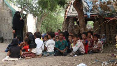 صورة يمنية تحول منزلها إلى مدرسة وهي المعلم الوحيد