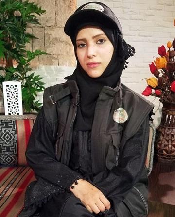 صورة شابة يمنية تساهم في محاربة الوباء بهذا العمل