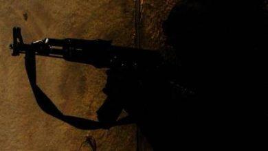 """صورة مواطن عائد من دورة حوثية يطلق النار على والده وشقيقه لأنهم دواعش وكفار """"نجيا من القتل واصابتهما خطيرة"""""""