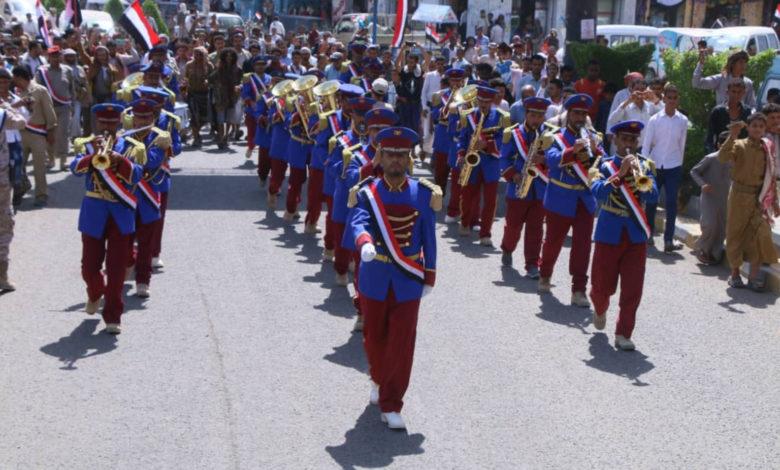 صورة الفرقه العسكرية الموسيقية تصدح بألحان ثورية في شوارع مأرب