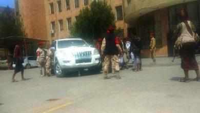 صورة تعز.. مسلحون يقتحمون المجمع الحكومي ويحتجزون لجنة التجنيد