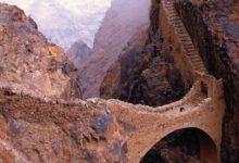 صورة جسر شهارة يربط بين جبلين بني قبل 600 عام