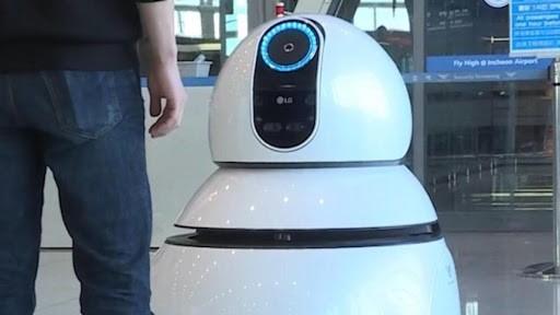 صورة شاهد.. روبوت يحلّ للمسافرين مشكلة ضخمة في المطار