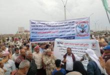 صورة مظاهرات وقطع طرقات ومطالبات برحيل محافظ البنك المركزي ونائبه ..عسكريون غاضبون يشعلون عدن