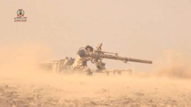 صورة مدفعية الجيش تستهدف تعزيزات الحوثيين في جبهة الكسارة