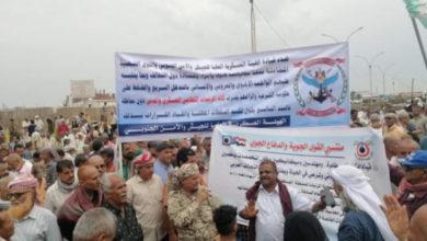 صورة بعد احتجاجات يوم امس ..صرف مرتب شهرين لمندوبي وحدات الجيش من شركات الصرافة بعدن