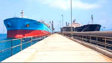 صورة ترتيبات لدخول باخرة وقود مخصص لكهرباء عدن إلى رصيف ميناء الزيت
