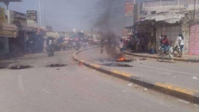 صورة احتجاجات للمواطنين تشل الحركة في زنجبار تندد بتدهور الأوضاع المعيشية