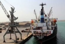 صورة الحوثيون يمنعون تفريغ سفينة مساعدات أممية بالحديدة