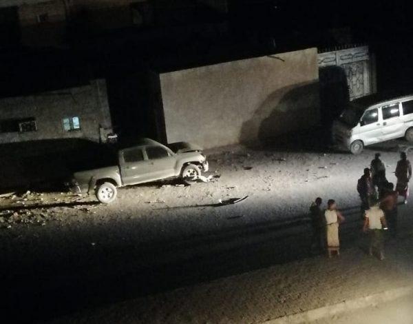 صورة انفجار يستهدف سيارة ضابط أمني بعدن