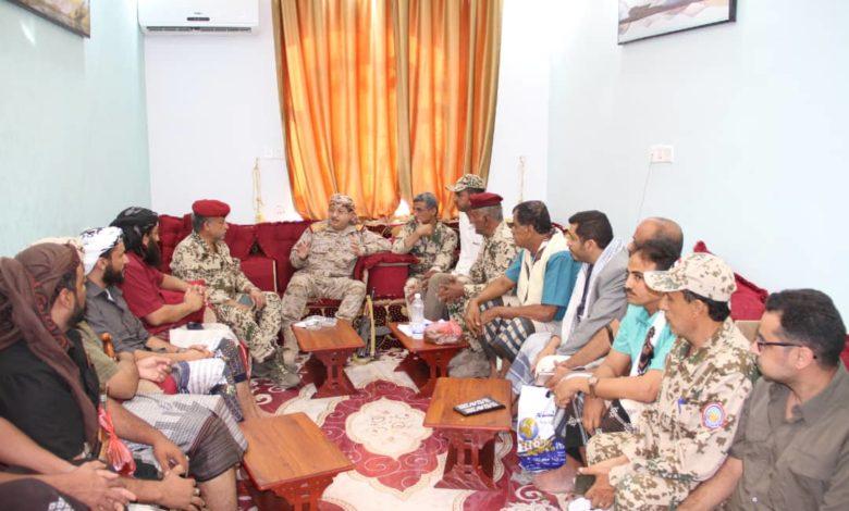 صورة وزير الدفاع يلتقي وفد القوات المشتركة وأبناء الساحل الغربي في مأرب