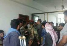 صورة شاهد لحظة اقتحام مليشيات الاصلاح مقر محافظ تعز وطرد المسئولين والموظفين